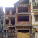 Sau khi hoàn thiện phần thô,  ngôi nhà nằm trong một khu đô thị mới ở Hà Nội trên mảnh đất 120m2 bị bỏ hoang